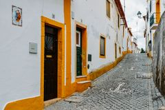 La vista del estrecho pavimentó la calle en Constancia, Portugal imágenes de archivo libres de regalías