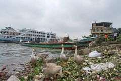 La vista del fiume di Buriganga ad area di Sadarghat con alcuno lancia fotografia stock