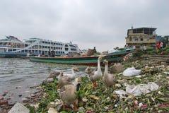 La vista del fiume di Buriganga ad area di Sadarghat con alcuno lancia Immagine Stock Libera da Diritti