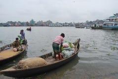 La vista del fiume di Buriganga ad area del sambazzer con alcuno lancia Fotografie Stock
