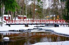 La vista del fiume e del ponte alla pesca imperiale di Langinkoski alloggia Immagini Stock Libere da Diritti