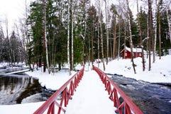 La vista del fiume e del ponte alla pesca imperiale di Langinkoski alloggia Immagini Stock