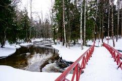 La vista del fiume e del ponte alla pesca imperiale di Langinkoski alloggia Fotografie Stock Libere da Diritti