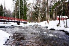 La vista del fiume e del ponte alla pesca imperiale di Langinkoski alloggia Fotografia Stock