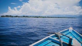 La vista del frente del barco con el ancla del metal se está trasladando rápidamente a la distancia en el océano Agua salada azul almacen de metraje de vídeo