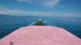La vista del frente del barco se está trasladando rápidamente a la distancia en el océano Agua salada azul y cielo hermoso con bl almacen de metraje de vídeo