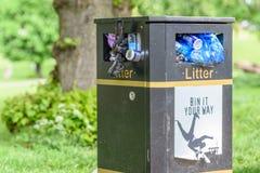 La vista del giorno ha sovraffollato riempito troppo con il cestino per i rifiuti dei rifiuti del metallo del nero dei rifiuti Fotografie Stock Libere da Diritti