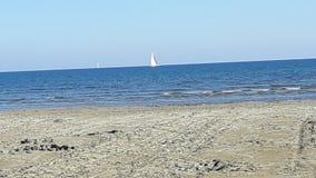 La vista del giorno soleggiato del sunt della barca di mare del cielo blu si rilassa le vacanze Immagini Stock