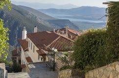 La vista del golfo del Corinthian y de las montañas del chalet griego Imagen de archivo
