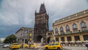 La vista del hyperlapse del timelapse della torre della polvere e la Camera municipale alla Repubblica quadrano a Praga archivi video