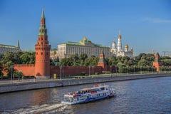 La vista del Kremlin del río de Moscú Imágenes de archivo libres de regalías