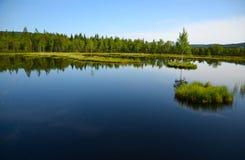 La vista del lago con le isole fra le foreste Fotografie Stock