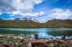 La vista del lago con la montagna di ghiaccio Immagine Stock