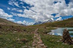 La vista del lago con la montagna di ghiaccio Fotografie Stock