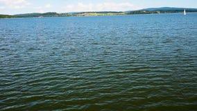 La vista del lago Lipno dalla nave veloce mentre navigando archivi video