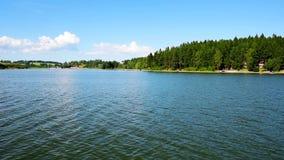 La vista del lago Lipno dalla nave veloce mentre navigando vicino alla linea costiera archivi video