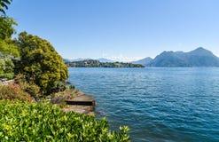 La vista del lago Maggiore de la isla Madre, es una de las islas de Borromean, Italia Imagen de archivo