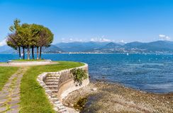 La vista del lago Maggiore de la playa de Cerro, es una parte de ciudad de Laveno Mombello Fotos de archivo libres de regalías