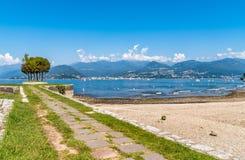 La vista del lago Maggiore de la playa de Cerro, es una parte de ciudad de Laveno Mombello Fotos de archivo