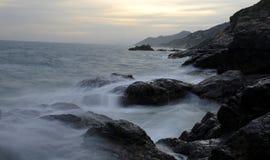 La vista del litorale, rocce nelle maree Immagini Stock Libere da Diritti