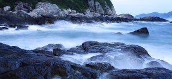La vista del litorale, rocce nelle maree Fotografie Stock