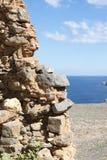 La vista del mare blu ed il cielo dal foro in vecchio mettono il bastone tra le ruote la parete Immagini Stock