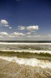 La vista del mare con le onde nella priorità alta Immagini Stock