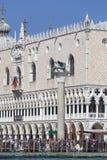 La vista del mare sul palazzo Palazzo Ducale del ` s del doge e la colonna di San segnano il quadrato del ` s, Venezia, Italia Immagini Stock Libere da Diritti
