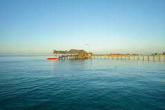 La vista del mare verde e del cielo blu dall'isola del mabul alloggia Immagini Stock