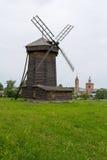 La vista del molino de viento de madera viejo es la ciudad de Suzdal Foto de archivo