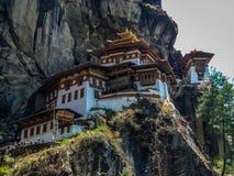 La vista del monasterio de Taktshang o los tigres jerarquiza en la montaña en Paro, Bhután foto de archivo