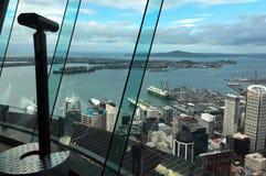 La vista del paesaggio dalla piattaforma di osservazione della torre del cielo del ` s di Auckland Fotografie Stock