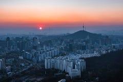 La vista del paisaje urbano céntrico y Seul se elevan en Seul, Corea del Sur Imágenes de archivo libres de regalías