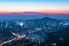 La vista del paisaje urbano céntrico y Seul se elevan en Seul, Corea del Sur foto de archivo libre de regalías