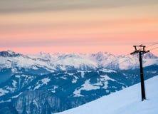 La vista del pendio dello sci e della seggiovia con la montagna abbellisce Immagine Stock