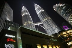 La vista del Petronas gemelo se eleva en Kuala Lumpur Foto de archivo libre de regalías