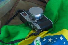 La vista del photocamera retro y la bandera brasileña y el viaje empaquetan fotografía de archivo