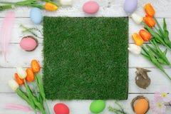 La vista del piano d'appoggio ha sparato delle decorazioni Pasqua felice Fotografie Stock