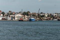 La vista del porto dal vecchio lungomare di Boston con i camion ed i crogioli di peschereccio ha ancorato i Massachusets Fotografie Stock Libere da Diritti