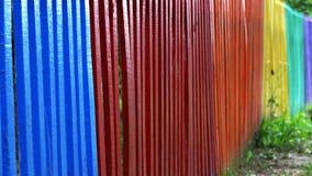 La vista del primo piano e del dettaglio di un di legno variopinto recinta i colori differenti dell'arcobaleno fotografia stock