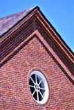 La vista del primo piano del picco del XVIII secolo del tetto del lanificio ha messo nella città bucolica di Harrisville, New Ham fotografia stock