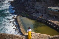La vista del pueblo pintoresco Azenhas hace marcha imagenes de archivo
