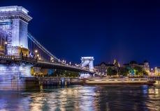 La vista del puente de cadena y del Danubio en la noche, Budapest, colgada Fotografía de archivo libre de regalías