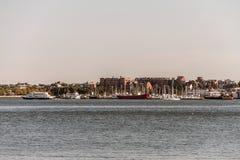 La vista del puerto de la costa de Boston con los camiones y los barcos del barco de pesca ancló Massachusets fotografía de archivo