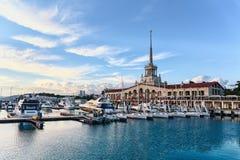 La vista del puerto y del edificio magnífico de la estación marina de Sochi Rusia Imágenes de archivo libres de regalías