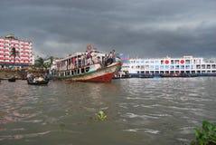 La vista del río de Buriganga en el área de Sadarghat con alguno lanza Imagenes de archivo