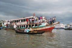 La vista del río de Buriganga en el área de Sadarghat con alguno lanza Foto de archivo libre de regalías