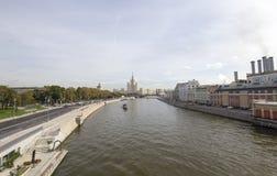 La vista del río de Moskva y el edificio del terraplén de Kotelnicheskaya del nuevo puente de flotación en Zaryadye parquean, Mos fotos de archivo libres de regalías