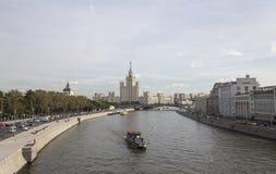 La vista del río de Moskva y el edificio del terraplén de Kotelnicheskaya del nuevo puente de flotación en Zaryadye parquean, Mos foto de archivo