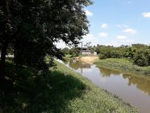 La vista del río de Sorocaba, un río importante en el estado de Sao Paulo, en el Brasil foto de archivo libre de regalías
